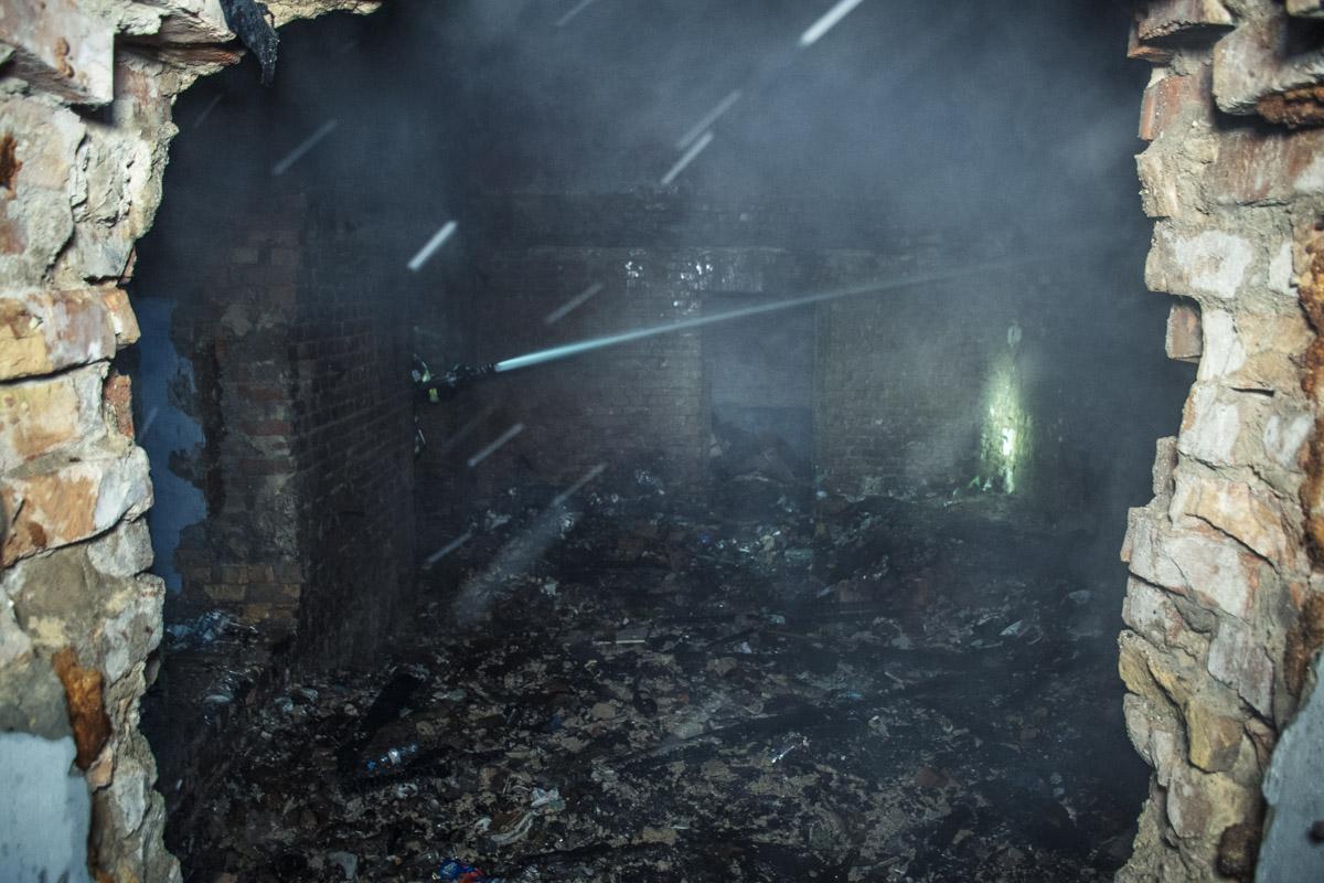 По прибытию на место спасатели установили, что огонь распространился по трем этажам, включая цокольный
