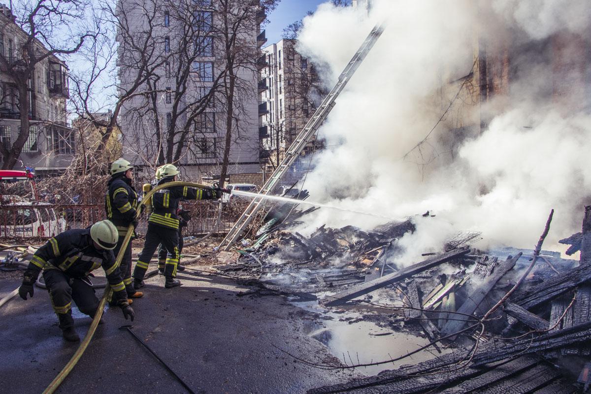 В центре Киева вспыхнуло двухэтажное здание