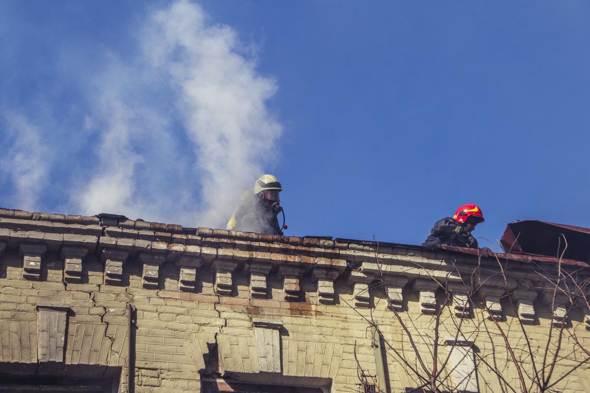 Тем временем огонь распространился на оба этажа и частично на крышу