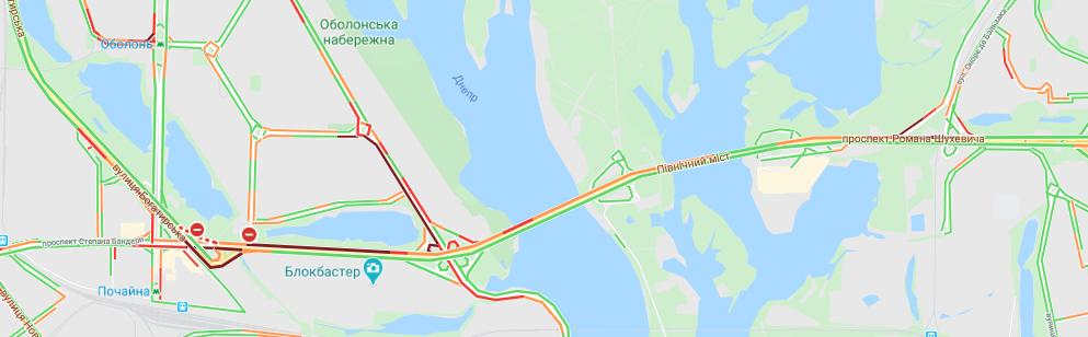 По сравнению с 12 марта ситуация на Северном мосту не такая серьезная. Но проспект Бандеры по прежнему отбирает время