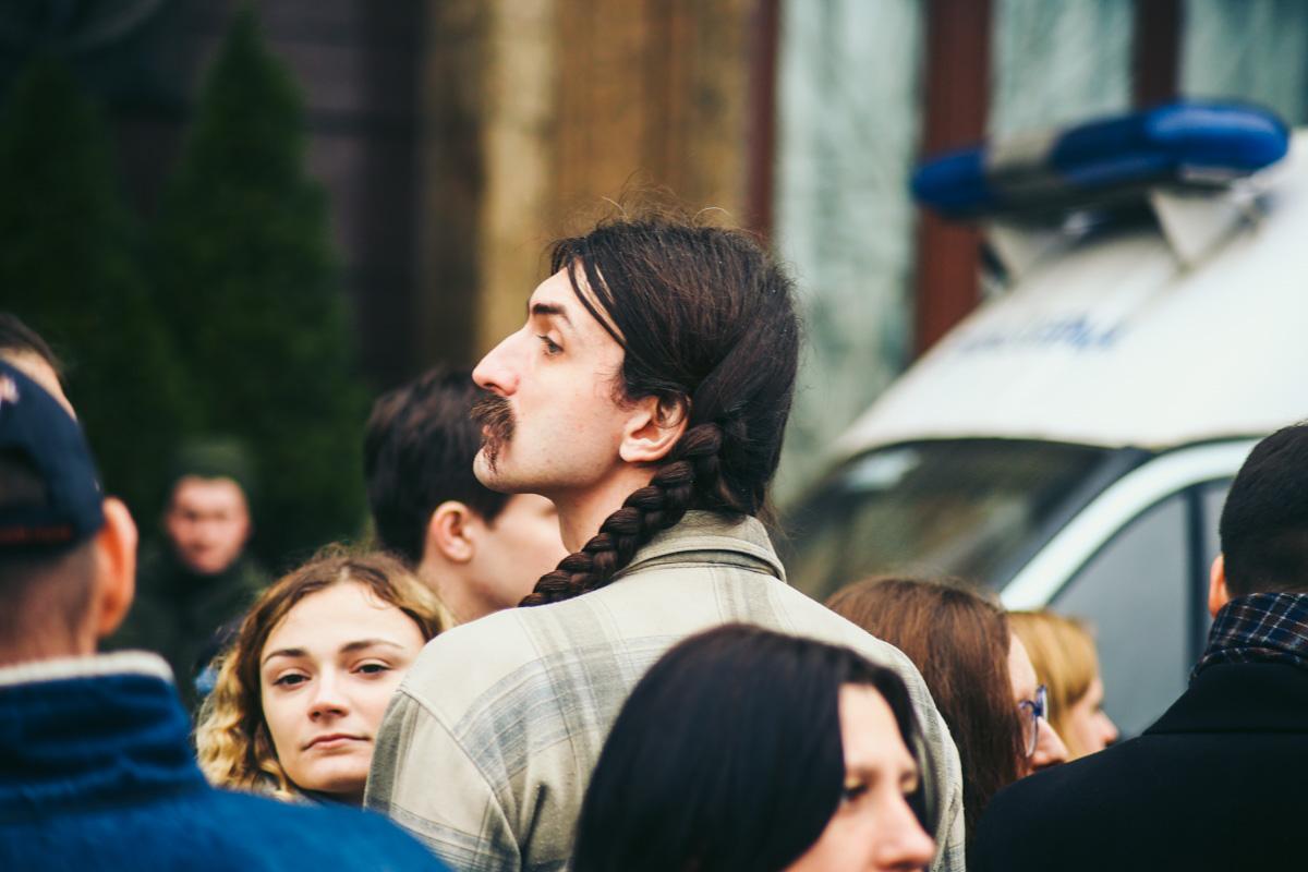 Роскошные усы могут соседствовать с очаровательной косой