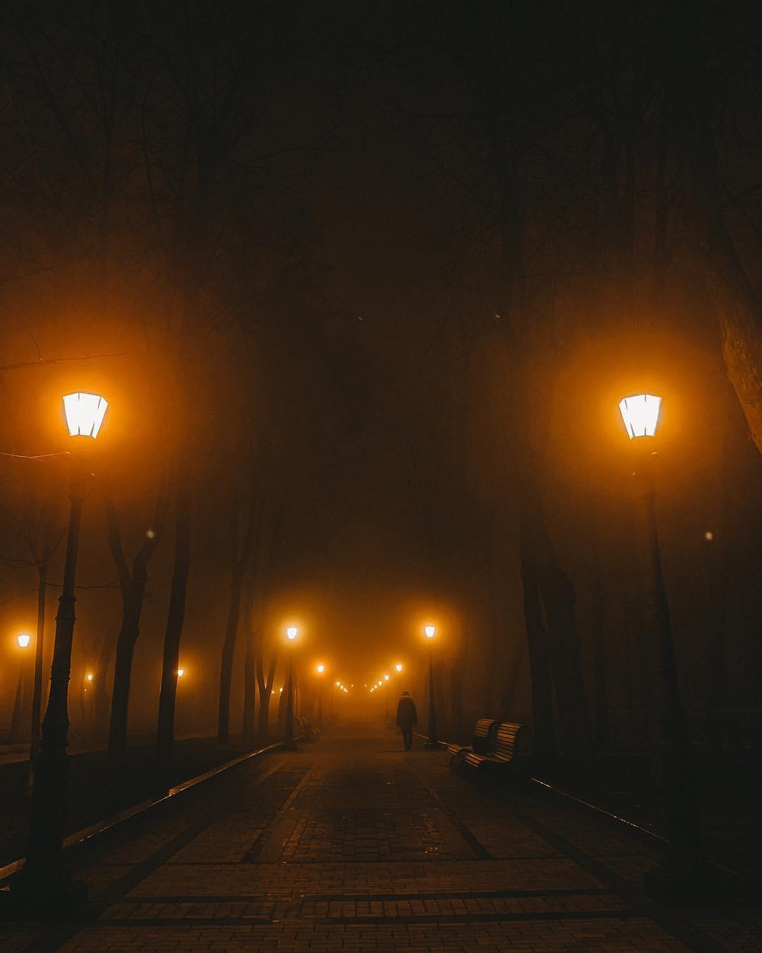 А наступление ночи - это идеальное время для долгих прогулок при свете фонарей. Фото - @helicopters_kyiv
