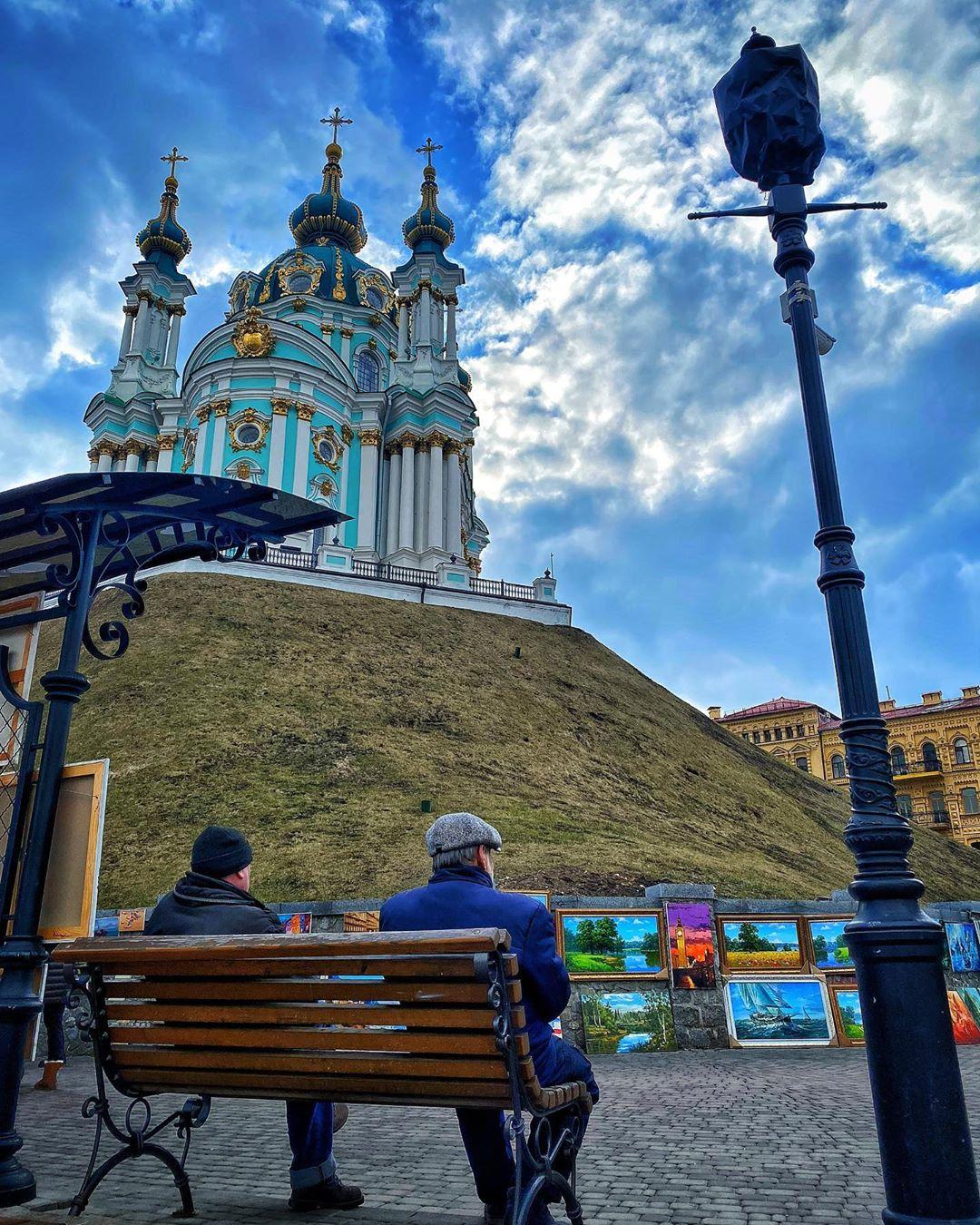 Андреевская церковь выглядит величественно и прекрасно. Особенно на таком фактурном фоне как у @erichuangch
