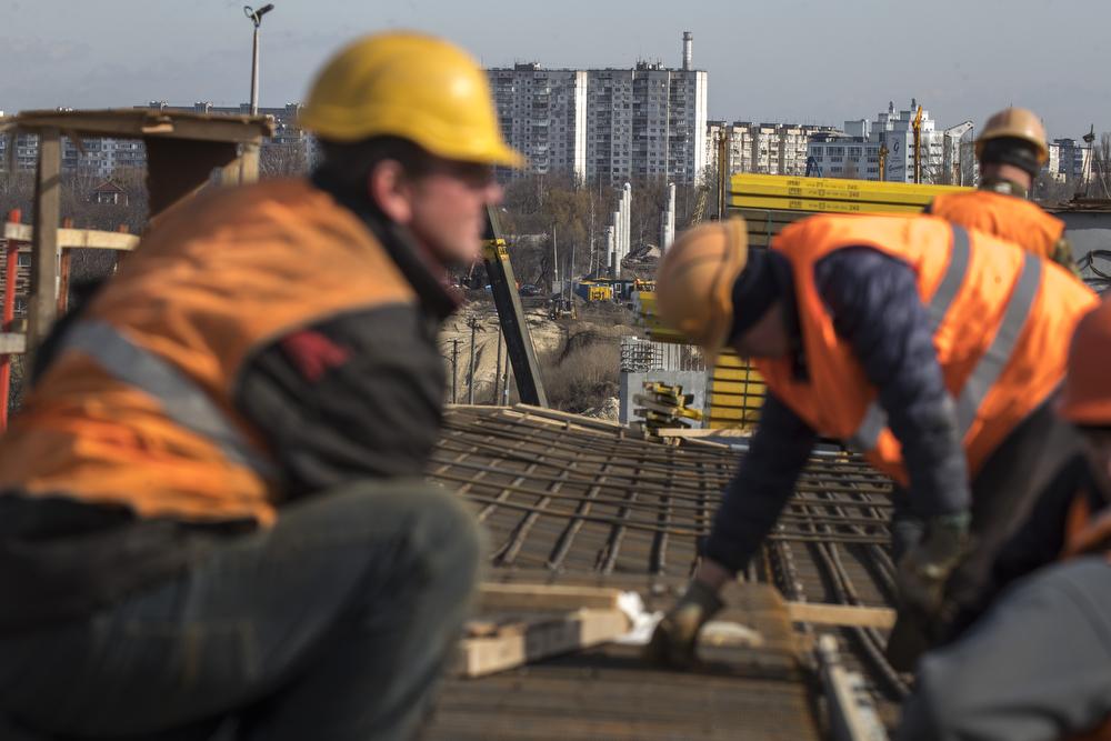 Уже в мае рабочие начнут укладывать асфальт на бетонные опоры моста