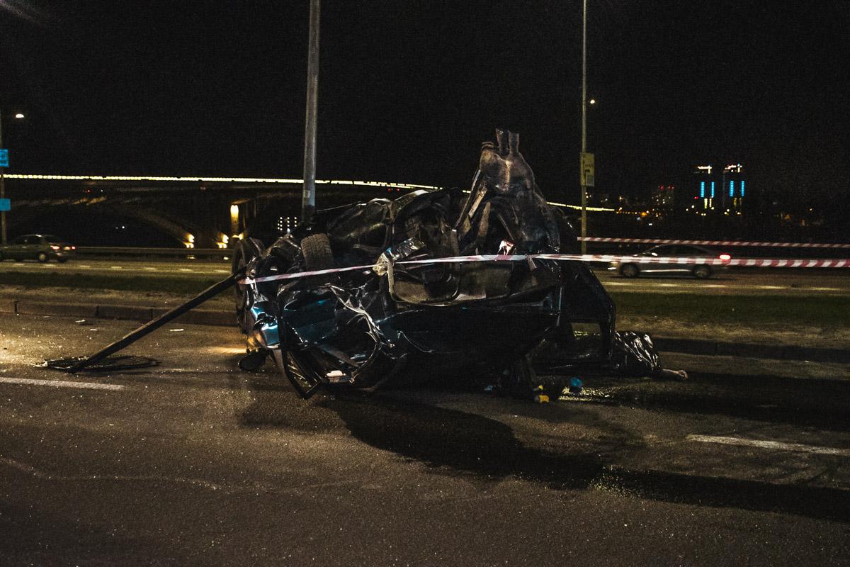 По неизвестным причинам они столкнулись и Volkswagen, перевернувшись, еще десяток метров пролетел по дороге