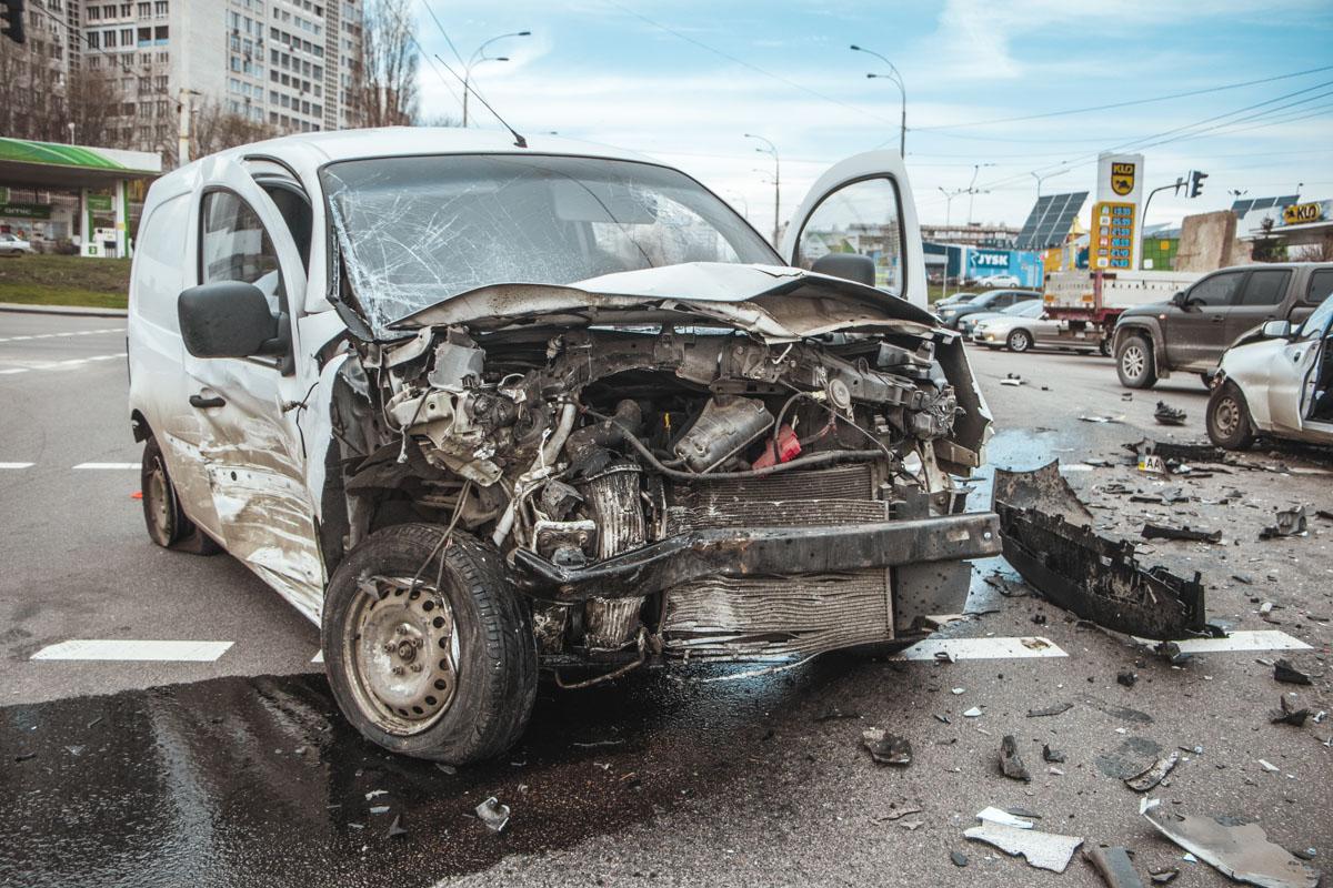 Больше всего досталось Renault Kangoo. Ему Lanos влетел в лоб на перекрестке