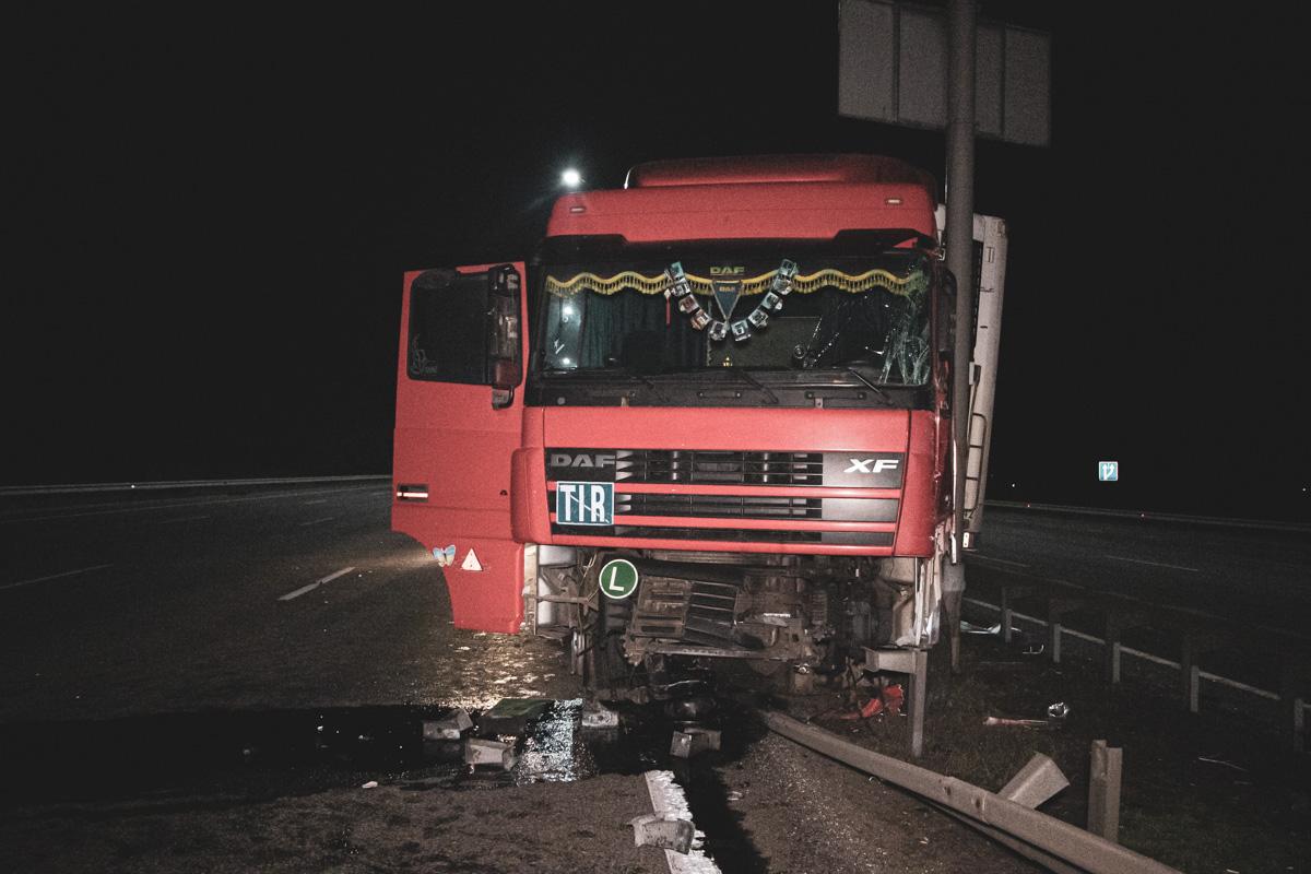 На Бориспольском шоссе DAF снес отбойник и врезался в столб