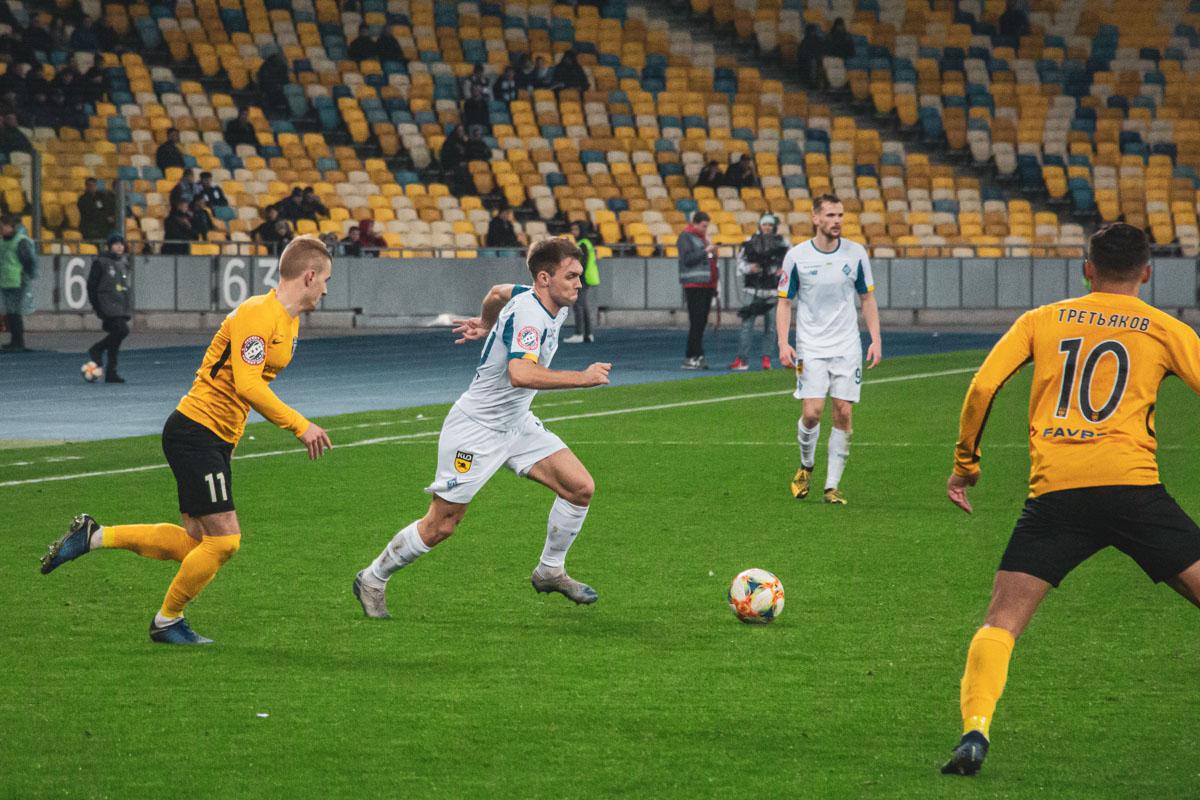 Справа в атаке вновь вышел Александр Караваев