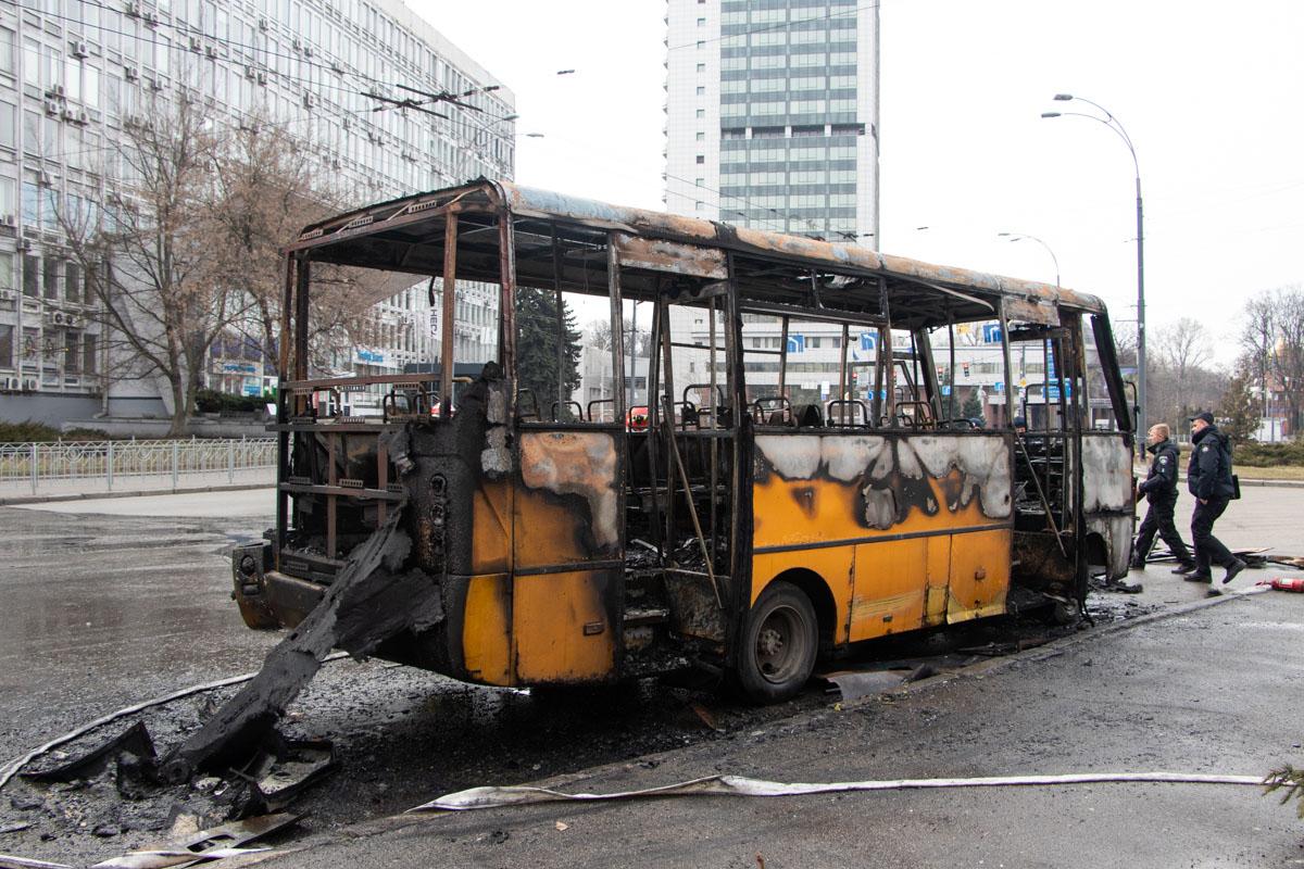 На Соломенской площади в Киеве загорелась маршрутка с пассажирами