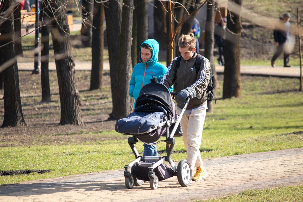 И неважно, сколько ребенку лет - насладиться волшебной погодой могут все: от мала до велика