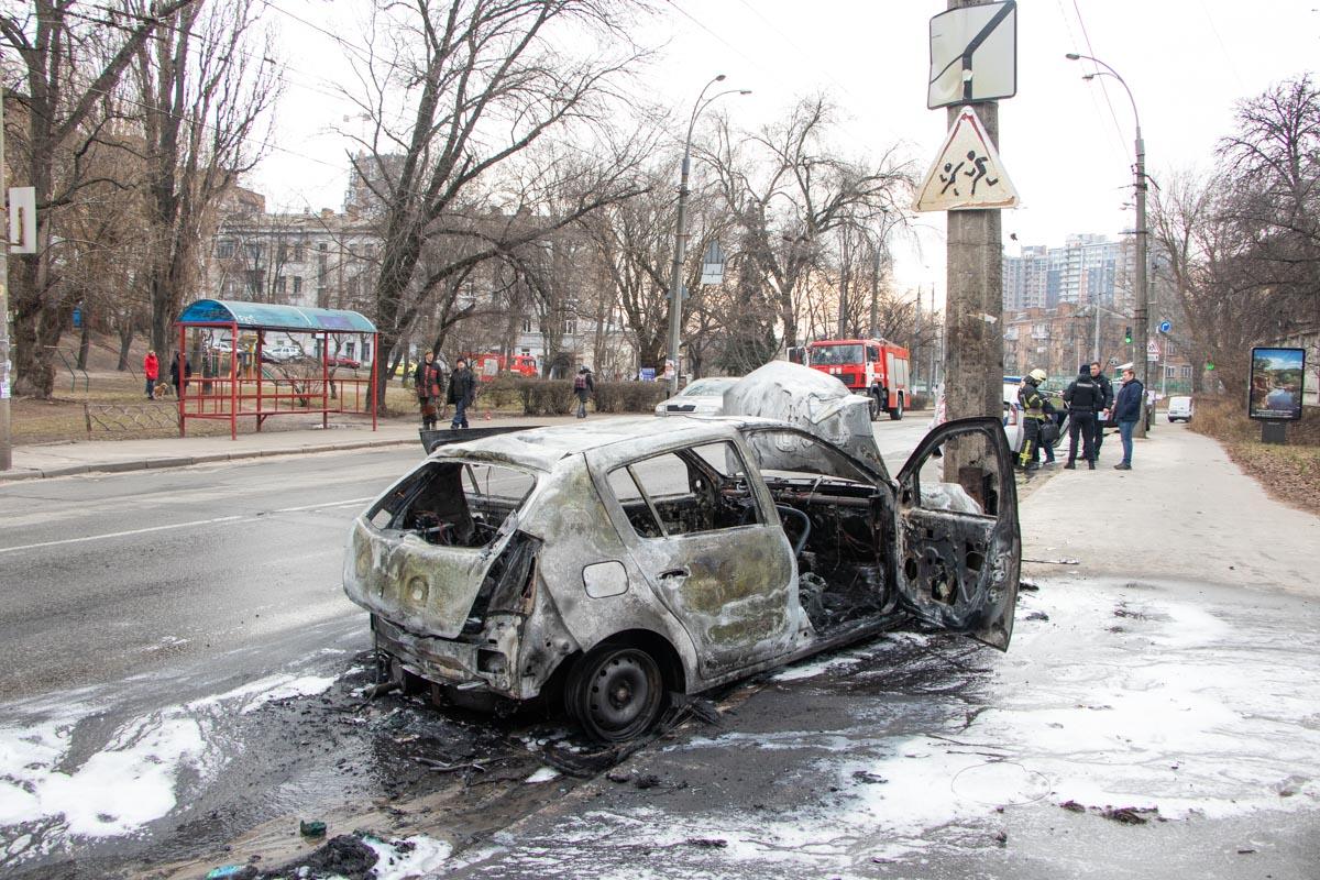 В Киеве на Подольском спуске Dacia Sandero врезалась в столб