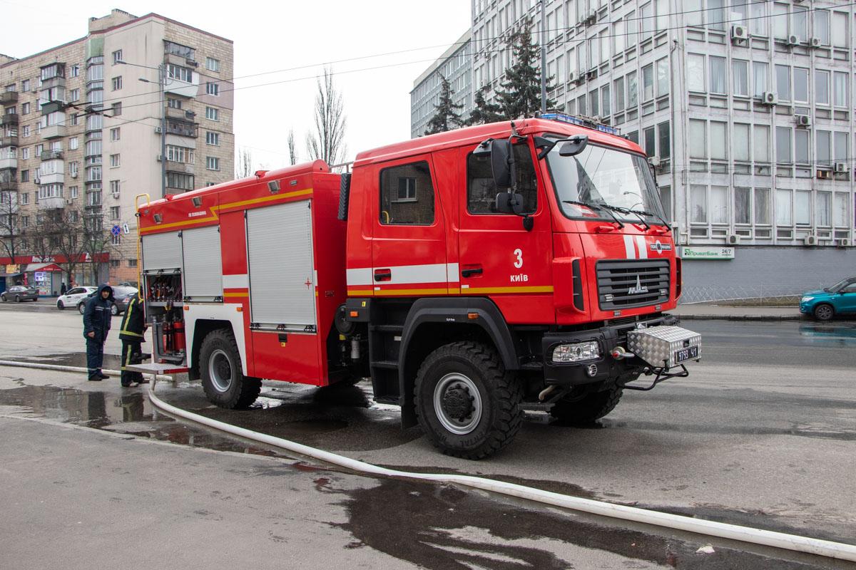 Прибывшие на место спасатели погасили огонь, но он успел уничтожить маршрутку