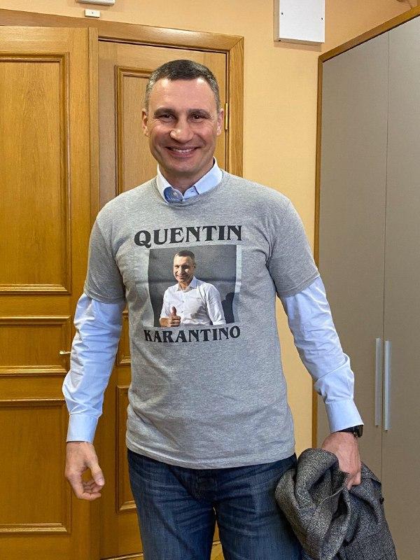 Мэру Киева Кличко подарили футболку в честь введения карантина