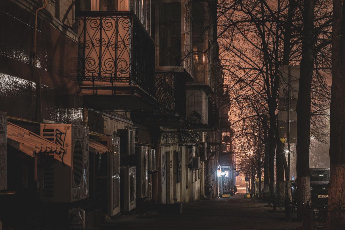 Но и этой красивой улице подпортили облик кондиционеры, трубы и мусорные контейнеры