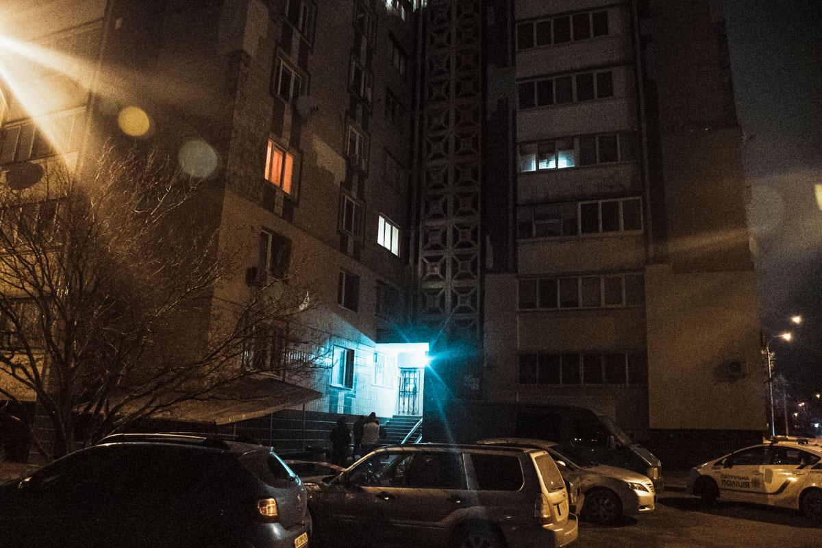 Под окнами 16-этажного жилого дома лежал мужчина без признаков жизни