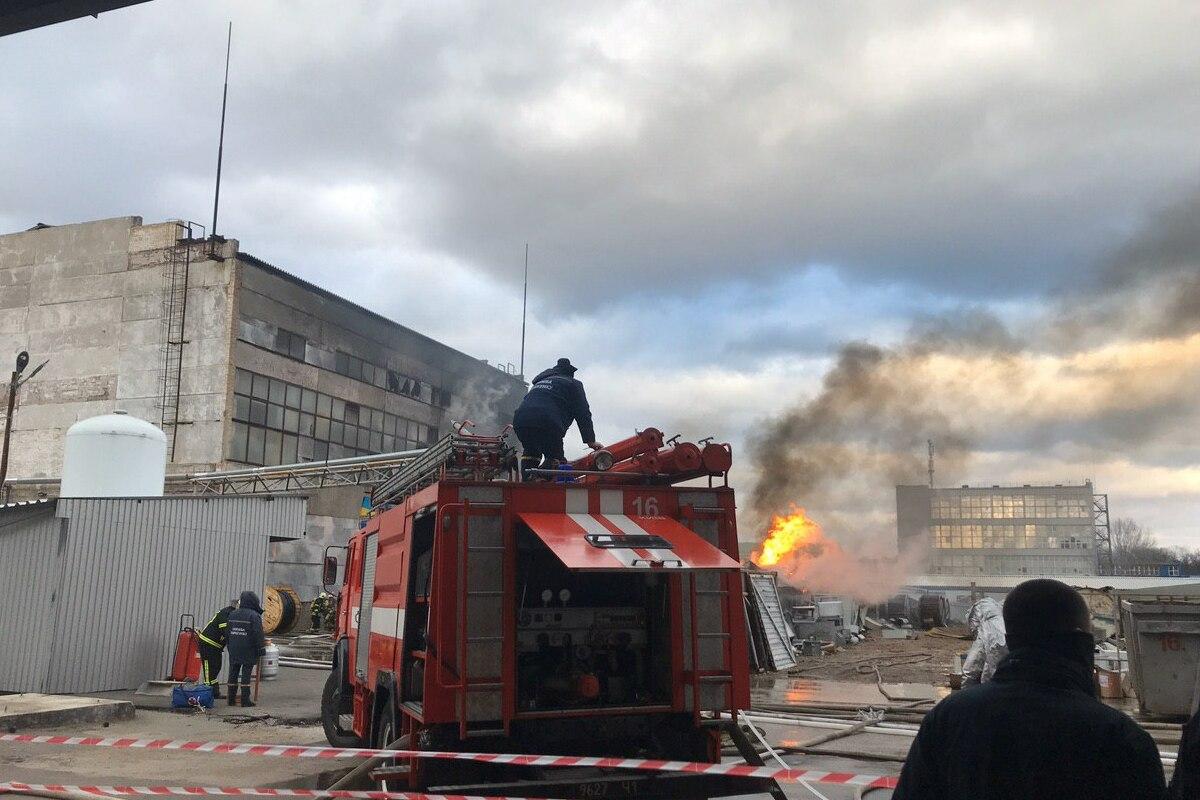 На первом этаже, где был очаг пожара, хранились бочки с химическими веществами - их готовили на утилизации