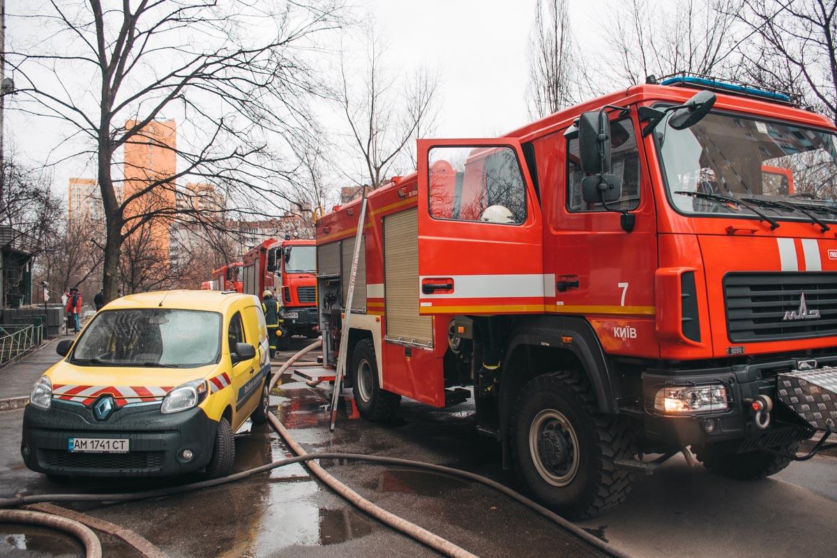 Предварительно, возгорание произошло в одной из квартир на 12 этаже, а причиной этому стала неисправность проводки