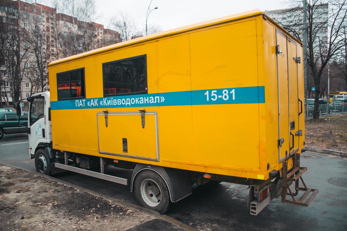 На месте работали спасатели ГСЧС, медики, патрульные, «Киевводоканал», «Киевэнерго» и следственно-оперативная группа