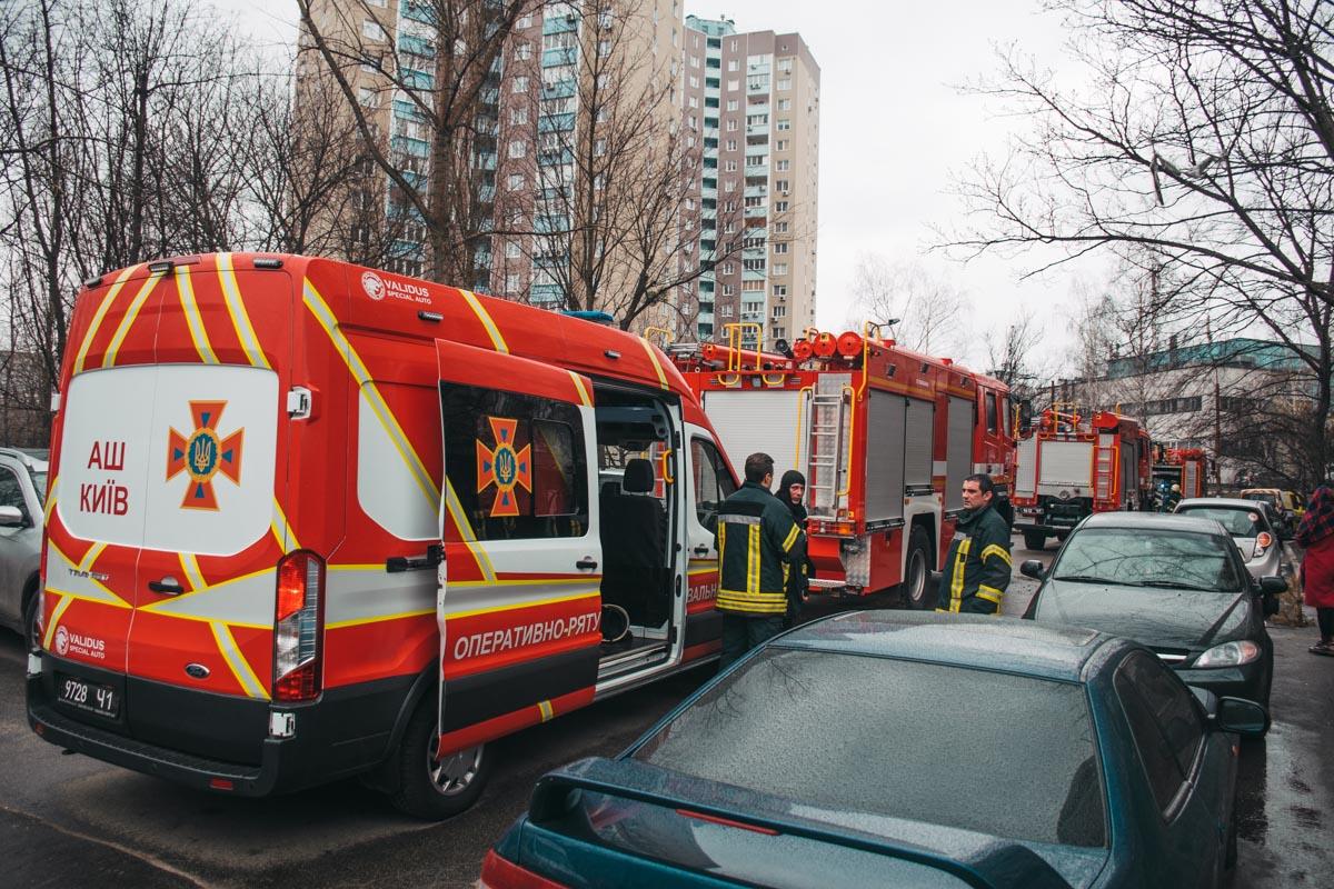Спасатели эвакуировали людей с верхних этажей