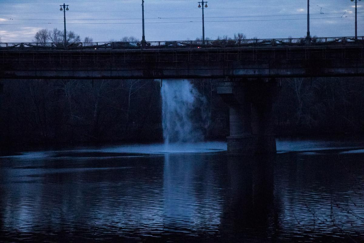 Чем не водопад? И, к счастью, не угрожает конструкции моста
