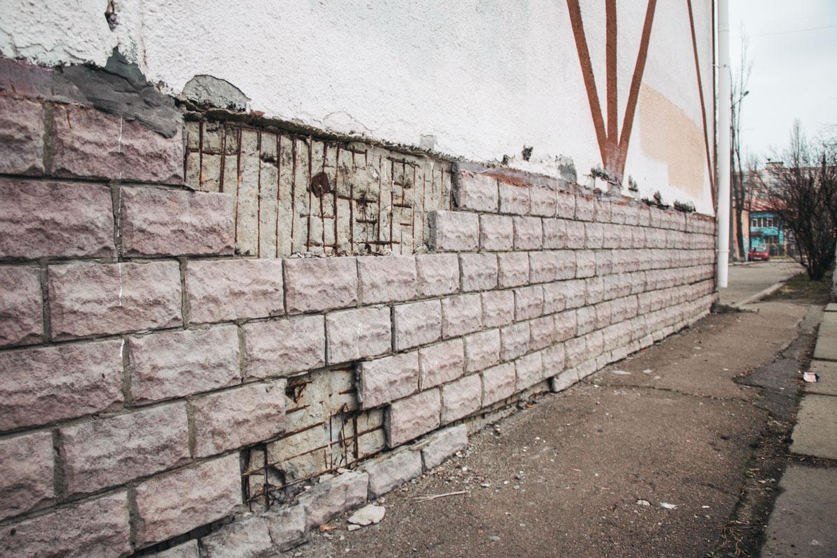 Со стен опадает плитка