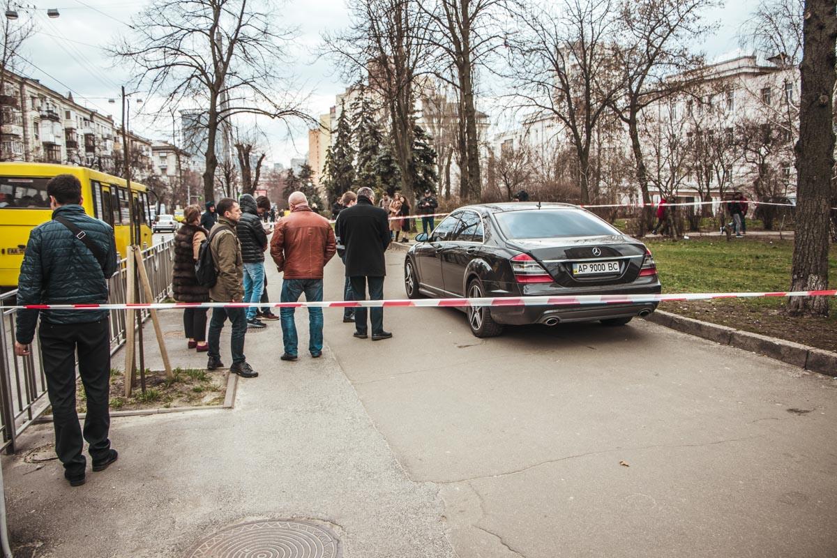 В Киеве на улице Юрия Ильенко обстреляли Mercedes