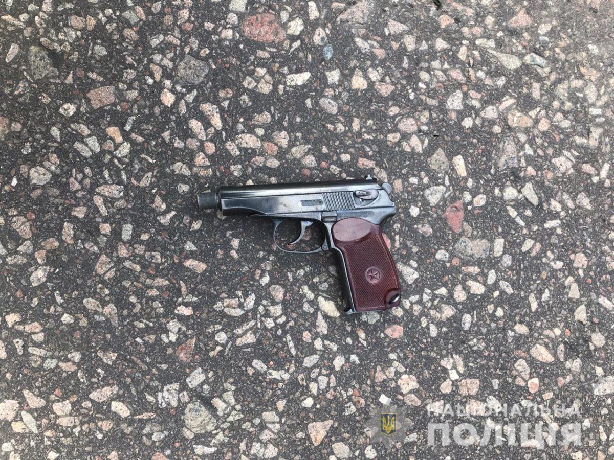 После этого он достал оружие и угрожал застрелить себя