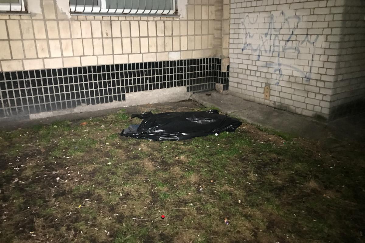 По адресу улица Милютенко, 38 из окна выпрыгнул 53-летний мужчина