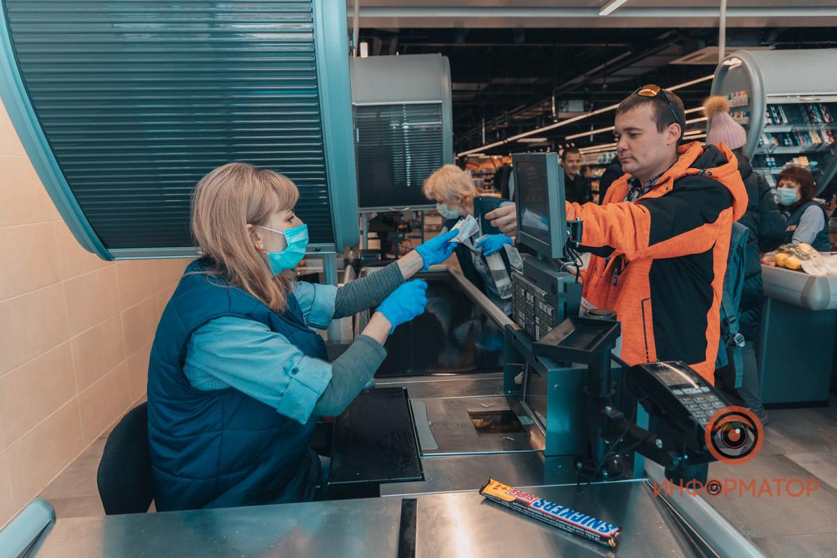 Кассиры работают в масках и перчатках