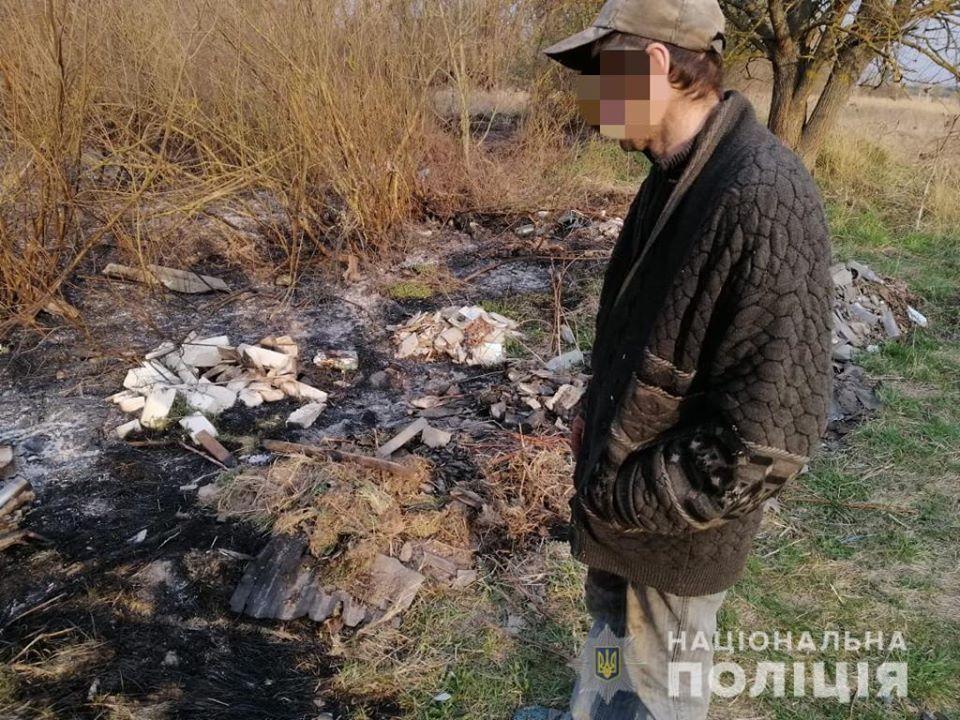 Мужчина по месту жительства сжигал мусор, затем остатки тлеющего костра погрузил на тележку, вывез за село и высыпал на сухую траву