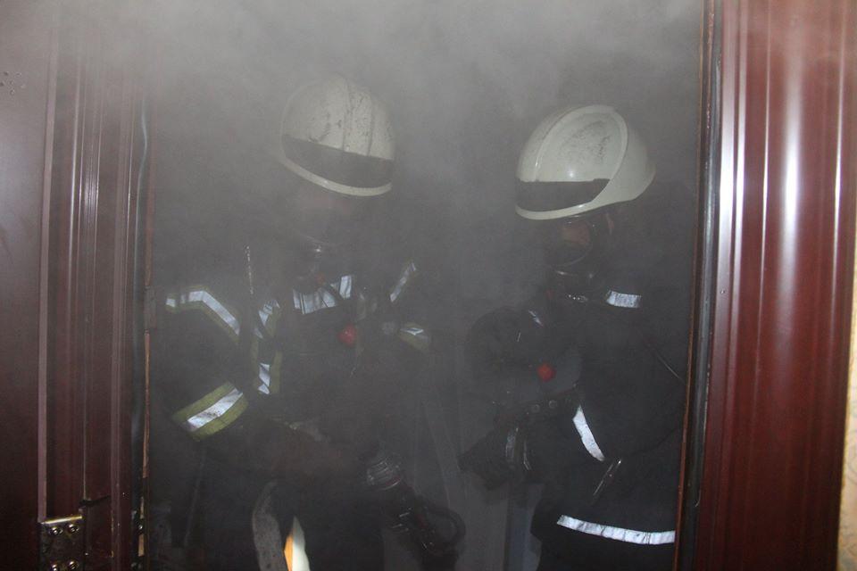 Во время тушения пожара огнеборцы спасли 2-х жителей квартиры