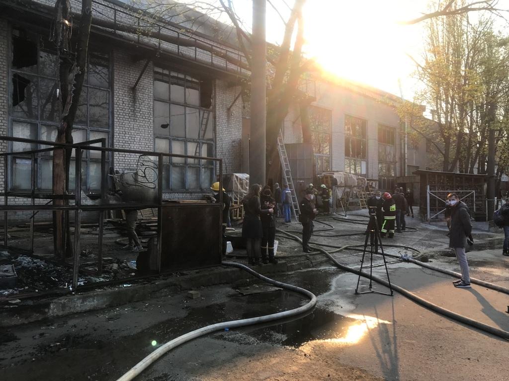 Пожар начался с древесины и распространился на складское помещение
