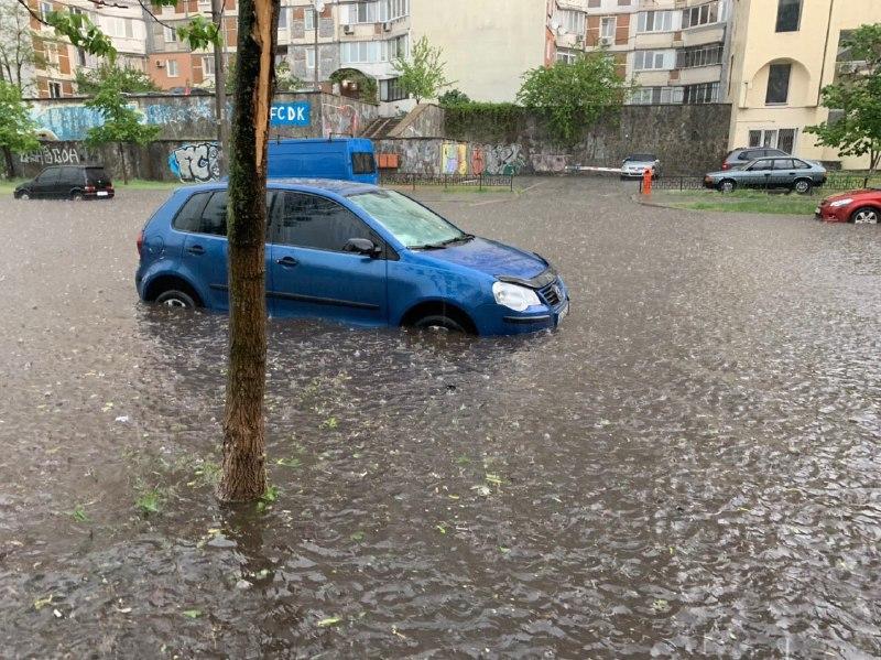 А вот в центре города - только сильный ливень