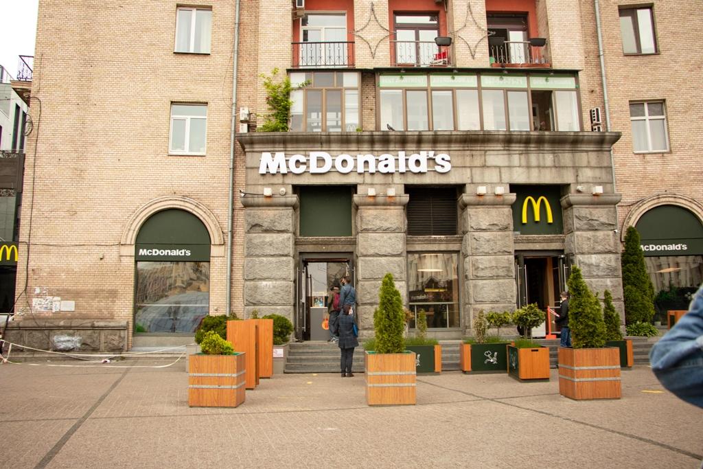 McDonalds сделали себе два коридора из клумб для подхода и выхода