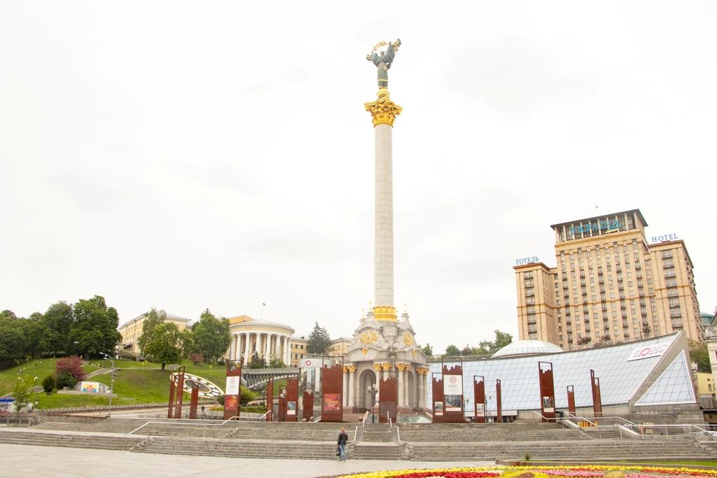 Ладно, я утрировала, смотрю на фото - все такие есть люди. Но один на Майдане - не человек :)