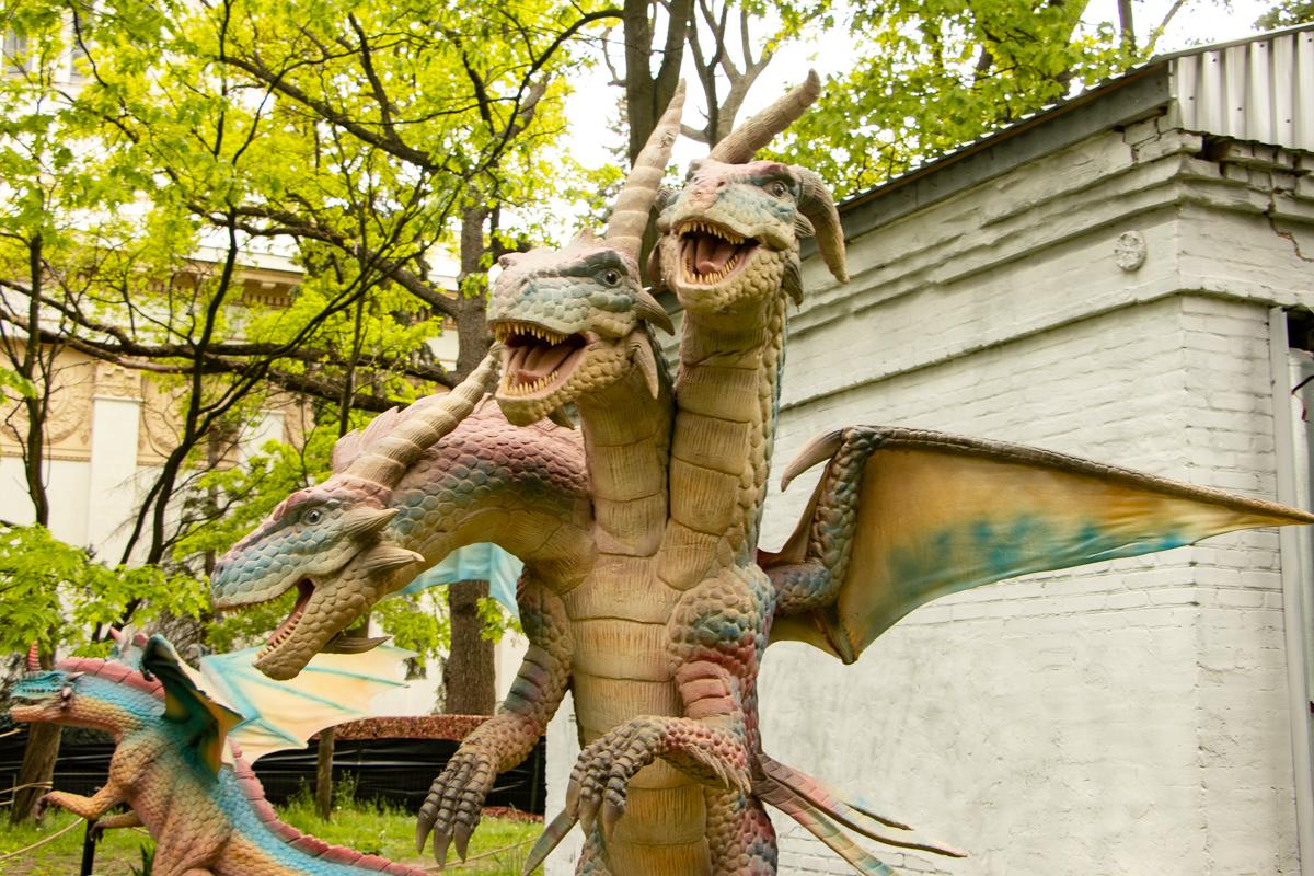 Все драконы рычат. При этом у каждого свой голос, собственная манера поведения и даже характер