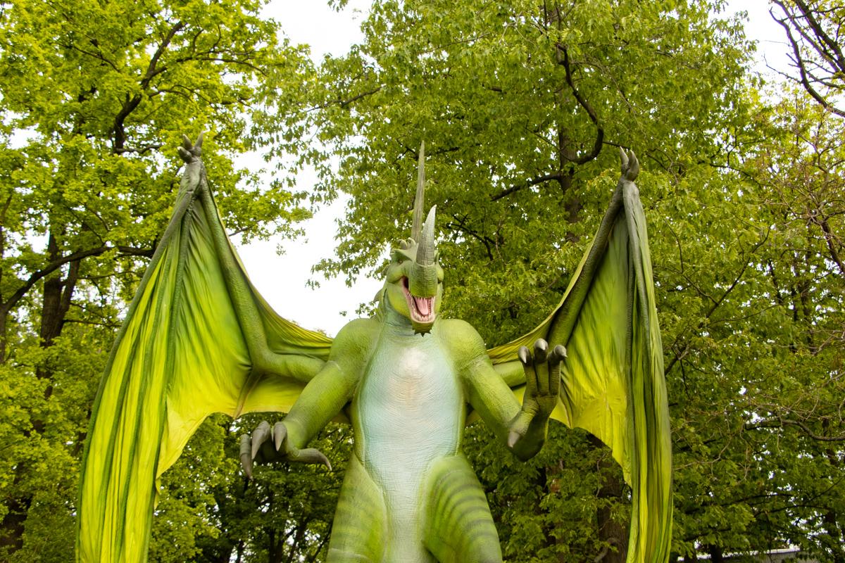 У входа вас встретит огромный дракон