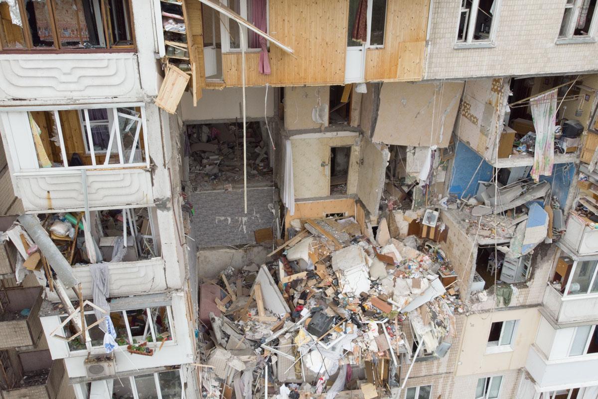 Несколько человек вытащили из-под завалов